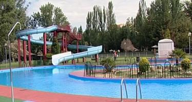 Las piscinas municipales ofertan los cursillos de natación para el verano