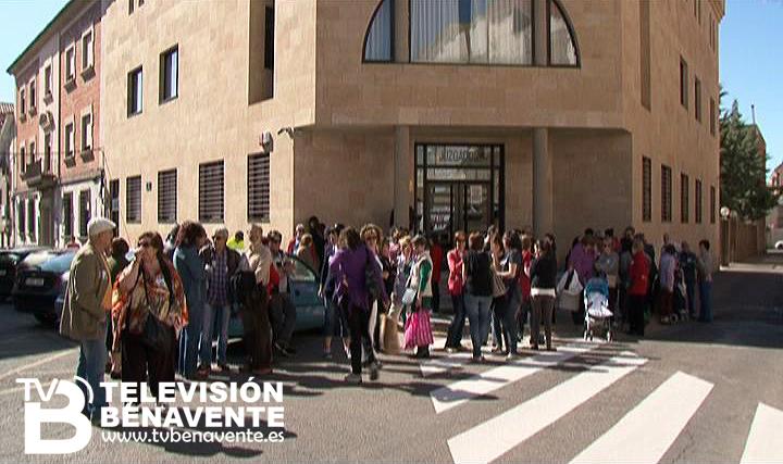 Entorno a 60 personas se concentran ante las puertas del for Juzgado de benavente