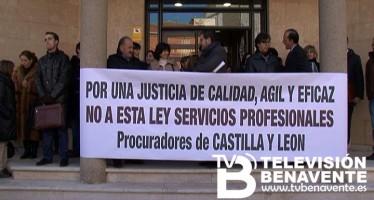 MOVILIZACIÓN ANTE LOS JUZGADOS DE BENAVENTE EN CONTRA LA NUEVA LEY DE SERVICIOS.