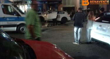 """Accidente de coche en Benavente contra la rotonda de """"La Fuente"""""""