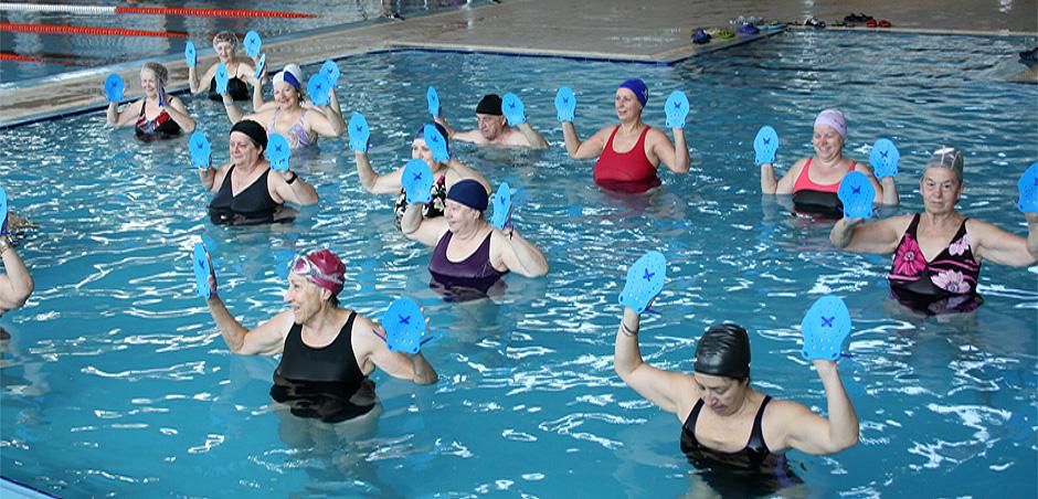 El viernes 26 de junio gimnasia en el agua en la piscina for Piscinas benavente