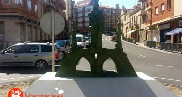 La imagen de la Virgen de la Vega sustituye a la fuente de la rotonda de Federico Silva