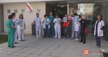 Una quincena de trabajadores del hospital de Benavente se han concentrado ante sus puertas en la mañana de hoy