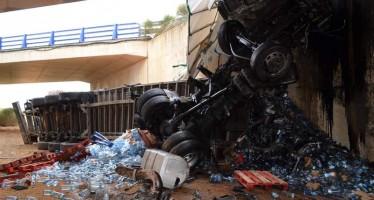 Un varón ha fallecido al caer su camión por un viaducto en la A-66 a la altura de Algadefe