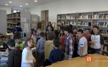 Los alumnos del CEIP Sansueña visitan la biblioteca y el teatro de Benavente