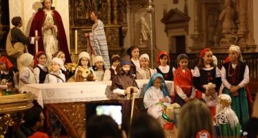 Representación navideña solidaria en la iglesia de San Andrés a cargo de los alumnos del Colegio Medalla Milagrosa