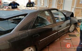 Siniestro total un vehículo tras chocar en el casco urbano de Benavente contra la fachada de una vivienda