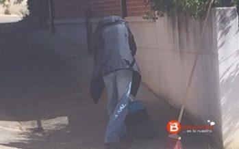 Personal contratado por el Ayuntamiento trabaja en las calles sin dotación de ropa de trabajo