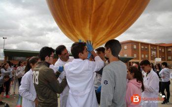 Alumnos del Virgen de la Vega lanzan un globo a la estratosfera