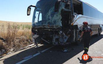 Los conductores del tractor y el autobús siniestrados en Fuentes de Ropel están estables