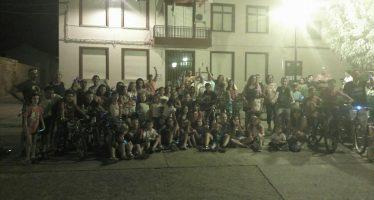 Cientos de niños brillaron en la noche en la marcha ciclista 'luciérnagas'