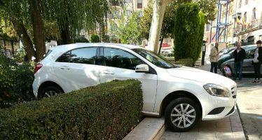 Un coche se sube al bordillo en la Plaza del Grano