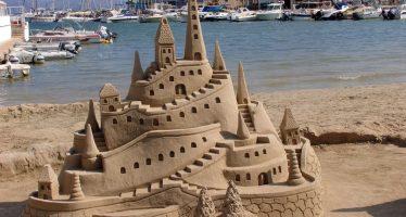 ¿Por qué se sostienen los castillos de arena?