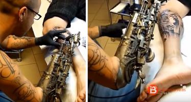 El primer tatuador que trabaja con un brazo biónico