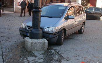 Un vehículo colisiona contra una farola en la Plaza Mayor de Benavente
