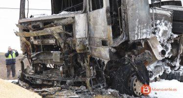 VIDEO: Un camión cargado de cebada vuelca y arde en la N-610