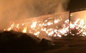 Incendio en Fuentes de Ropel donde ha ardido una nave de paja