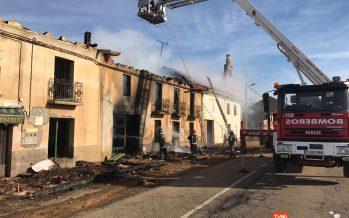 """GALERÍA: Se incendia la vivienda de al lado de """"El Mesón"""" en La Torre del Valle"""