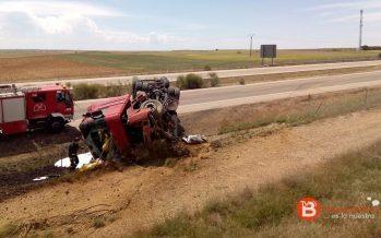 Un camión vuelca tras un reventón en la A-6 a la altura de Villalpando