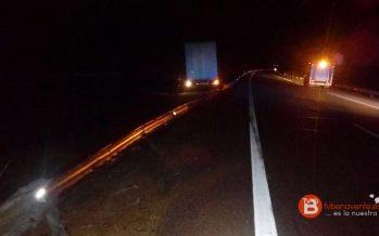 Un camión articulado se sale de la carretera en Cerecinos de Campos