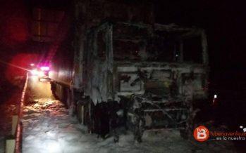 GALERÍA: Una cabeza tractora arde en los Paradores de Castrogonzalo