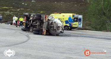 Dos heridos tras volcar un camión en la estación de esquí de San Isidro