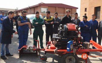 Los alumnos de electromecánica de Los Sauces entregan la motobomba