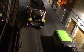 El camión de la basura entra marcha atrás y sale en dirección prohibida