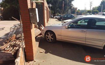 Confunde los pedales y se empotra contra el Centro de Salud de La Bañeza