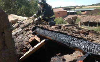 El tejado de una vivienda se incendia en Milles de la Polvorosa