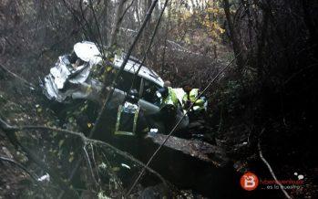 Dos heridos al caer un turismo por un barranco en la A-52 en Requejo